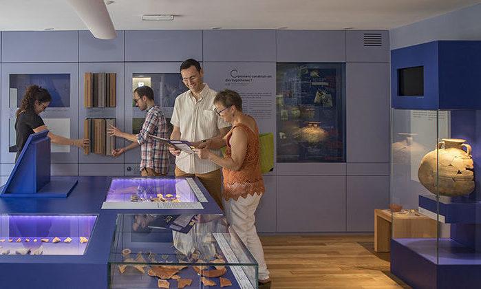 Visiteurs dans l'exposition des céramiques du CIP La Villa, musée d'archéologique à Dehlingen