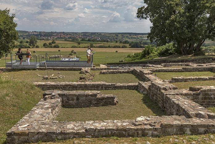 Vue de visiteurs sur la plateforme d'observation du site archéologique du Gurtelbach à Dehlingen