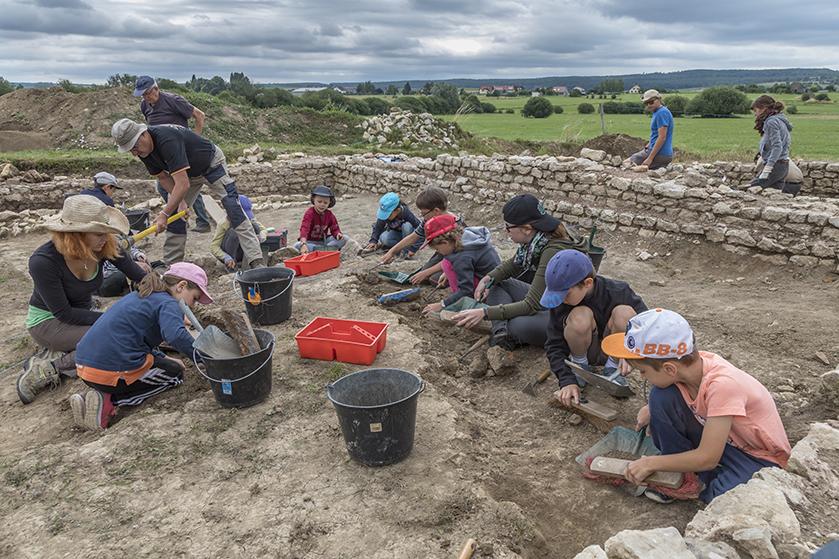 La SRAAB fouille sur le site B du Gurtelbach avec une classe d'écoliers