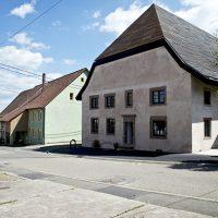 Vue du CIP La Villa par la route principale traversant le village de Dehlingen par une journée ensoleillée